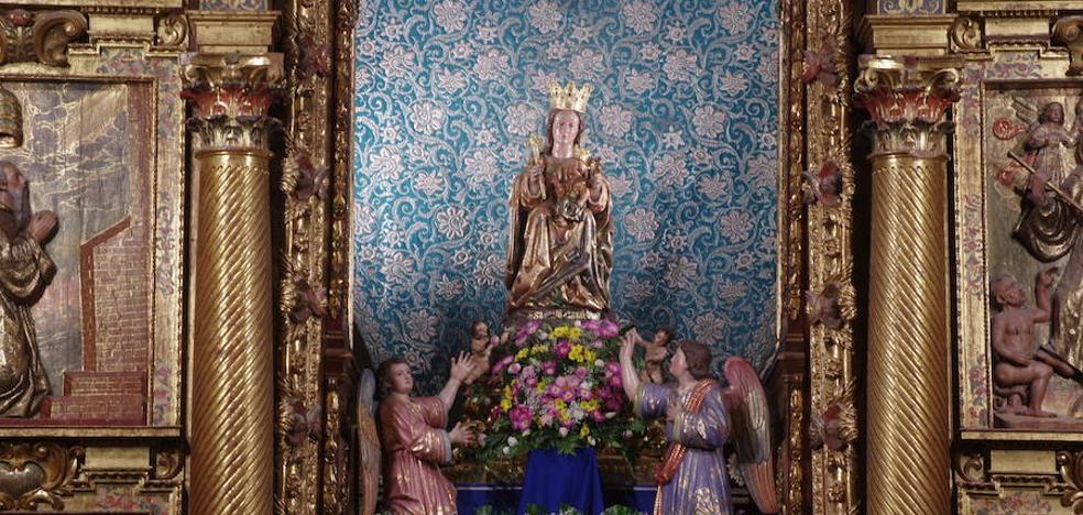 La Virgen de la Victoria luce como dosel un manto de 1927 que nunca llegó a estrenar