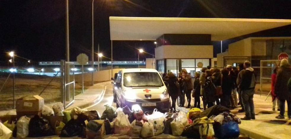 Asociaciones bloquean el acceso a la prisión de Archidona para conseguir que la Policía les deje donar ropa de abrigo a los inmigrantes