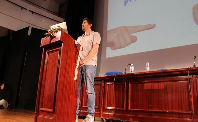 César Bona: «Nos han educado para obedecer y no para tomar decisiones»