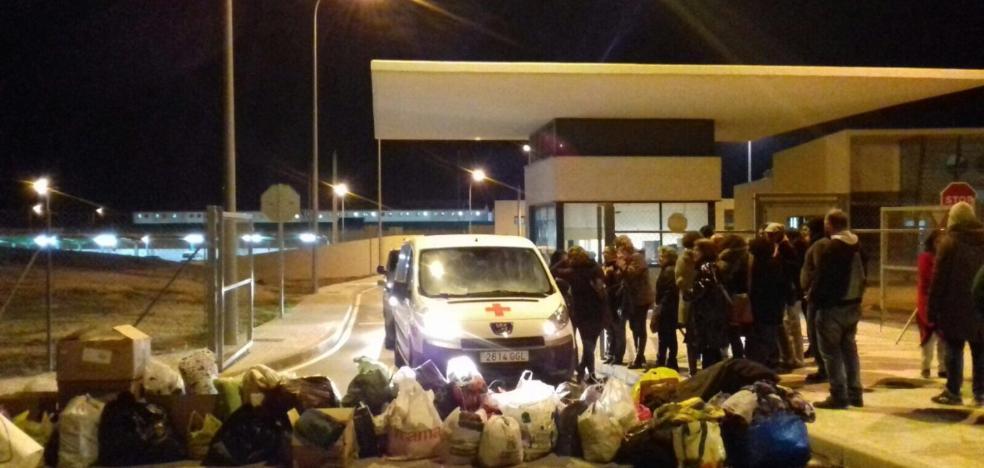 Bloquean la salida de la cárcel con bolsas de ropa para los inmigrantes de Archidona