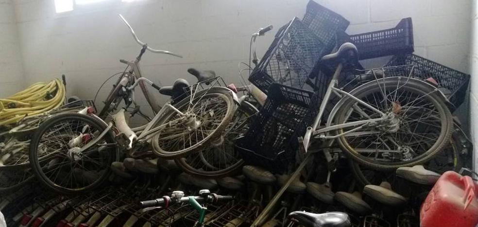 Vélez-Málaga lleva seis años con las bicicletas de alquiler «arrumbadas» y sin saber qué hacer con ellas