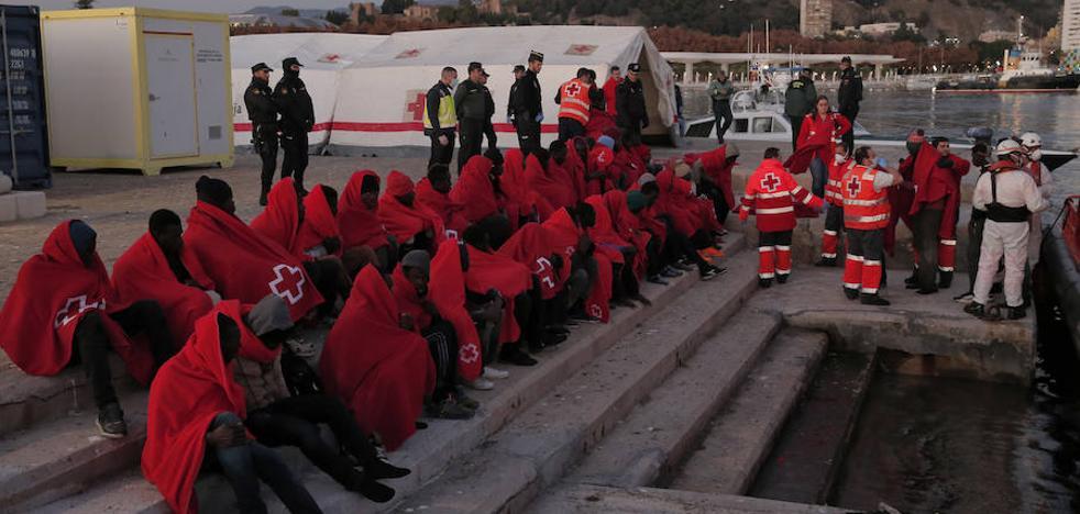 Rescatan una patera con 56 personas a bordo frente a las costas de Málaga