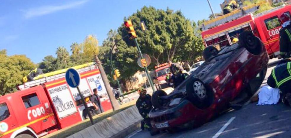 Cuatro personas heridas tras volcar un turismo en Málaga capital