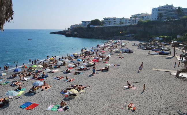 Nerja, tercer municipio de Málaga que multará a quienes reserven espacio en las playas