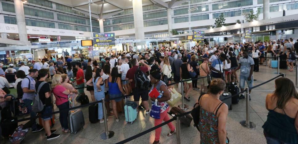 Dos detenidos por robar 30.000 euros y 30.000 rublos en el aeropuerto de Málaga