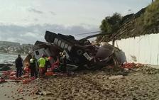 Muere un camionero al salirse de la A-7 y estrellarse en la playa a la altura de La Cala de Mijas