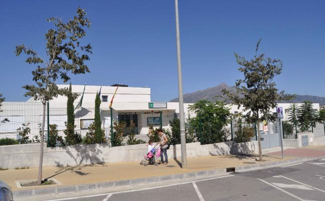 El PSOE de Marbella protesta por el mal estado del aparcamiento del colegio Teresa León