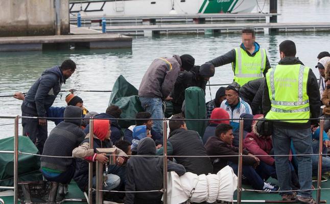 Rescatan a un centenar de personas en tres pateras, entre ellas ocho niños