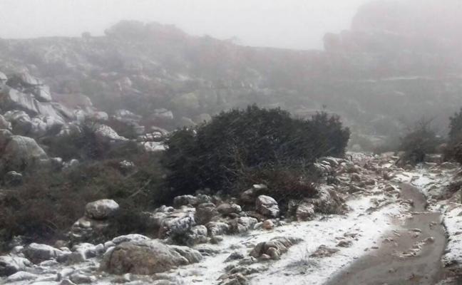La nieve llega a El Torcal de Antequera, que cierra su acceso al tráfico por precaución