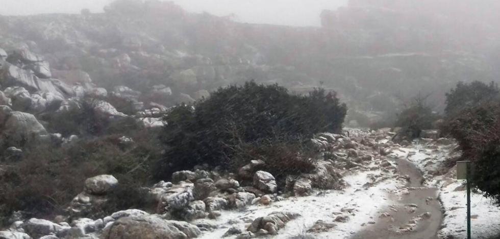 El temporal cubre de blanco El Torcal de Antequera y la Sierra de las Nieves