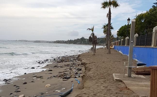 La borrasca azota las playas a su paso por Marbella