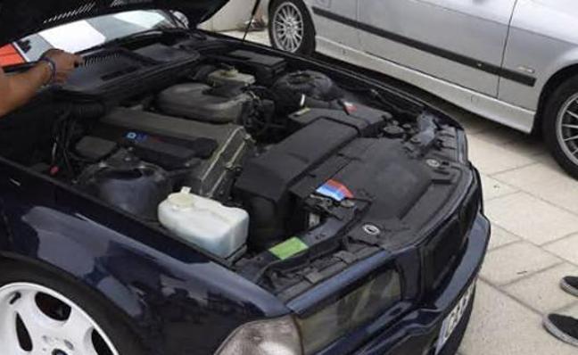 ¿Por qué hay que dar un golpe en el capó del coche antes de arrancarlo los días de frío?
