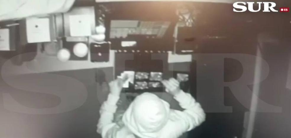 Pide ayuda en redes sociales para identificar a los autores del robo en su restaurante en Marbella