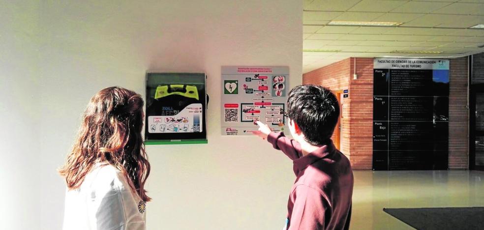 La Universidad instala desfibriladores en todos los centros con docencia