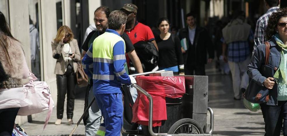Málaga privatizará la limpieza viaria y hará pública la recogida de basura