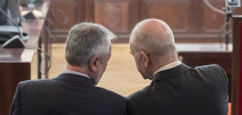 Concluye la primera sesión del juicio de los ERE con Chaves y Griñán en la primera fila del banquillo
