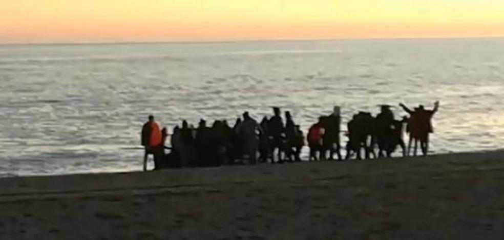 Vídeo: Así ha sido la llegada de los 53 inmigrantes en patera a Almayate