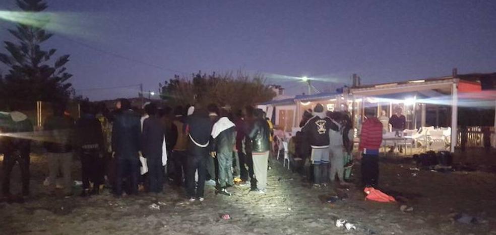 Localizados 53 inmigrantes que han alcanzado tierra a bordo de una patera en Almayate