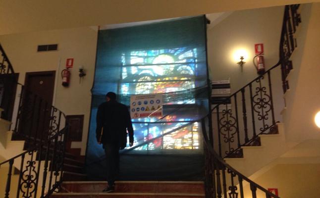 Marbella comienza a retirar la vidriera preconstitucional de su Ayuntamiento