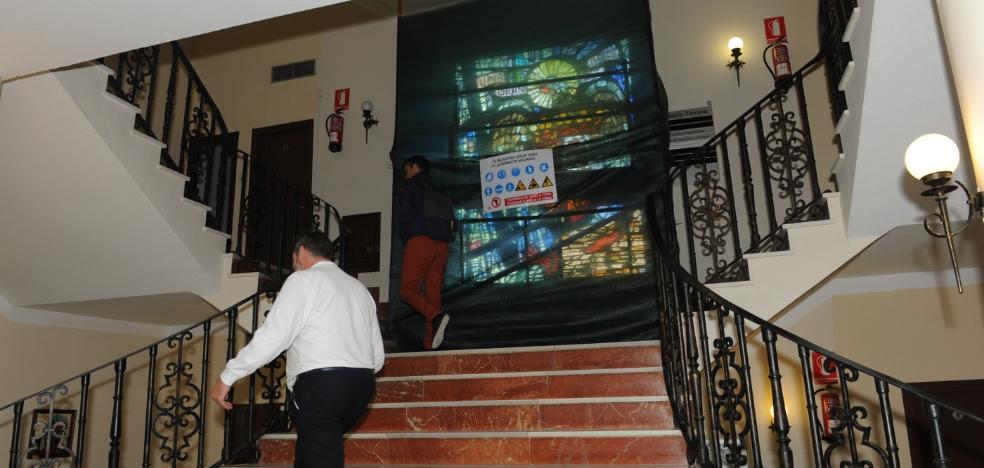 Comienzan los trabajos para la retirada de la vidriera preconstitucional del Ayuntamiento