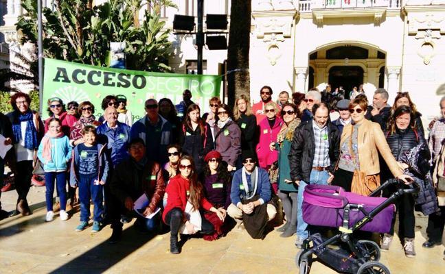 Padres y profesores del colegio La Biznaga se concentran en el Ayuntamiento de Málaga para pedir accesos seguros al colegio