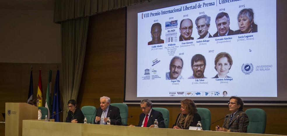 Eddy Tabora recibe en nombre de los periodistas hondureños el VIII Premio Libertad de Prensa