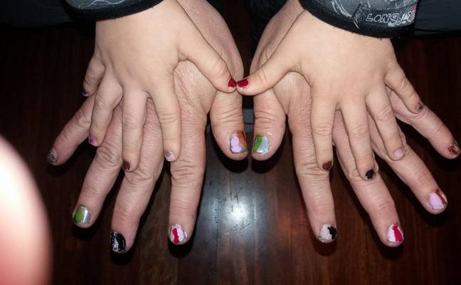 Un padre vasco se pinta las uñas para defender la afición de su hijo y la igualdad