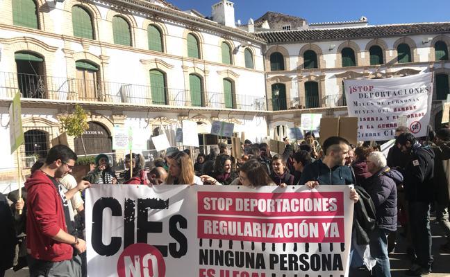 Manifestantes piden el cese de las deportaciones a las puertas de la cárcel de Archidona
