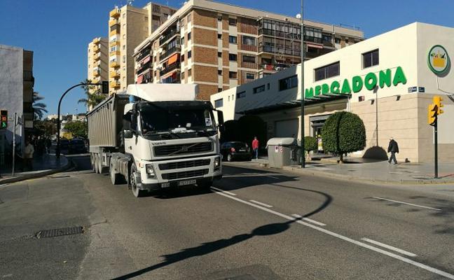 El Palo: los camiones siguen pasando