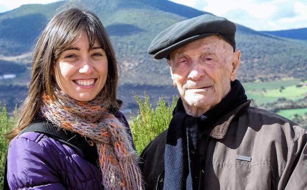 Francisco (El Hombrecino) y su nieta Susana, durante su viaje a Almendral en 2012, con la sierra donde se refugió en la Guerra Civil al fondo. Él murió al año siguiente. /Carlos Valcárcel