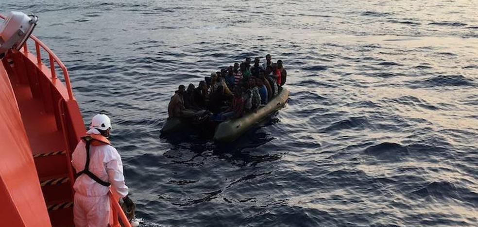 Localizada una patera con 55 personas a bordo frente a la costa de Málaga
