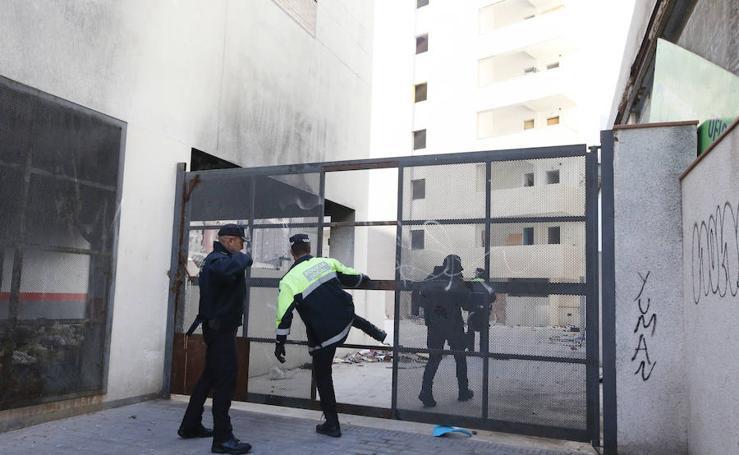 En fotos, la Policía Local entra en los edificios okupados de Juan XXIII