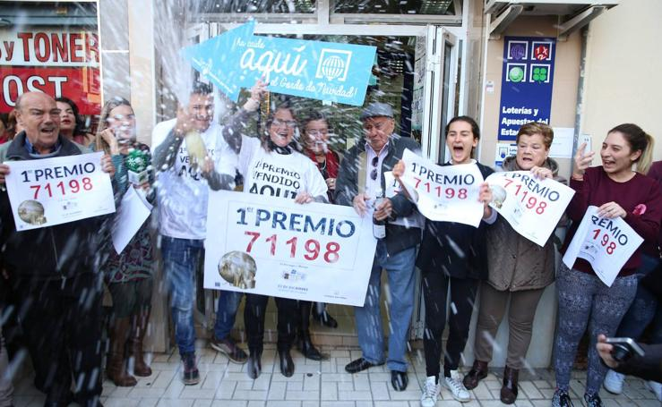 Todas las fotos de los agraciados con el Gordo de la Lotería de Navidad en Málaga