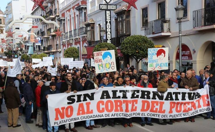 Protesta en Ronda por el cierre parcial al tráfico del Puente Nuevo