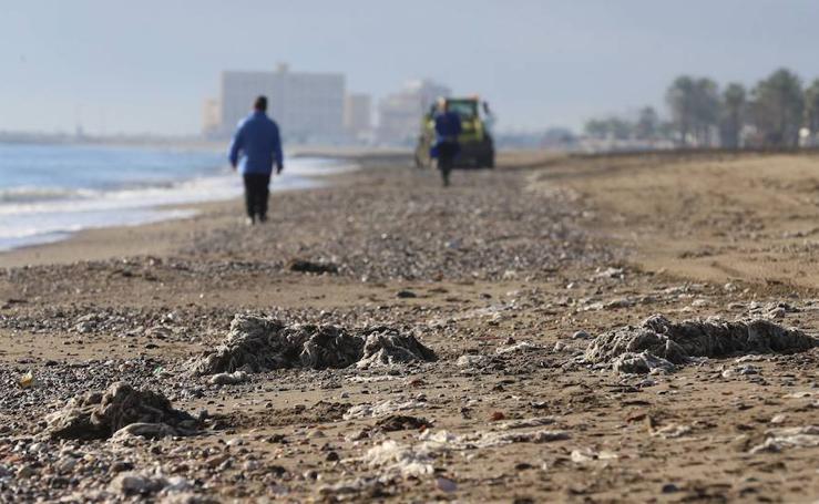 Así ha amanecido la playa de la Misericordia llena de basura y toallitas