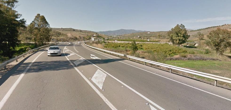 Cinco heridos en el choque frontal entre un camión y un turismo en la A-357 en Pizarra