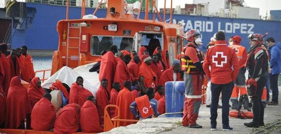 Rescatan a 58 inmigrantes, entre ellos diez mujeres, en la costa de Málaga