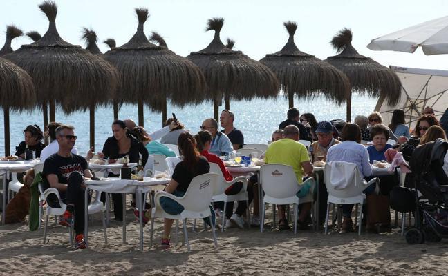 Las buenas temperaturas llenan las playas de Málaga el primer día del año