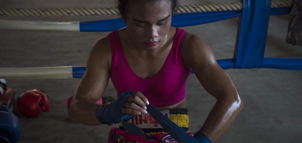 Nong Rose, transexual tailandesa, pintalabios y puños de acero