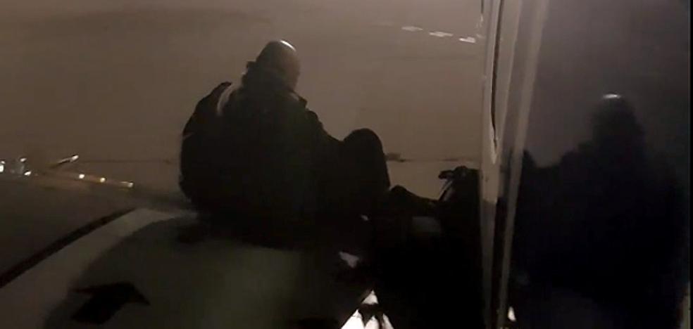 Abre la puerta de emergencia en un vuelo Londres-Málaga e intenta bajar a pista por el ala del avión