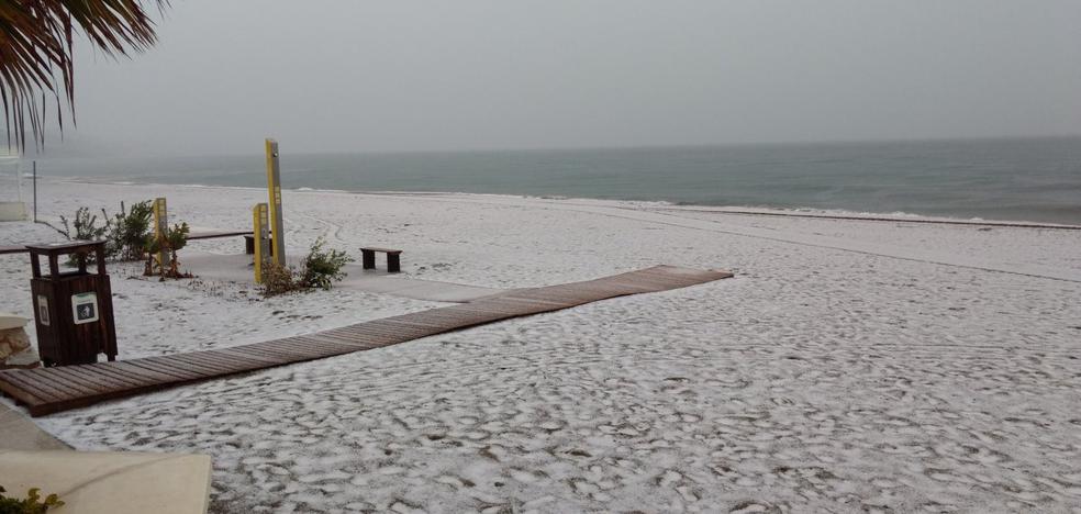 Insólita imagen de la playa de Carvajal en Fuengirola bajo un manto blanco