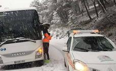 Una treintena de vehículos atrapados por la nieve en la Serranía