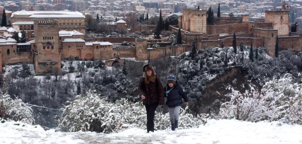 Las imágenes de la Alhambra nevada que dan la vuelta al mundo