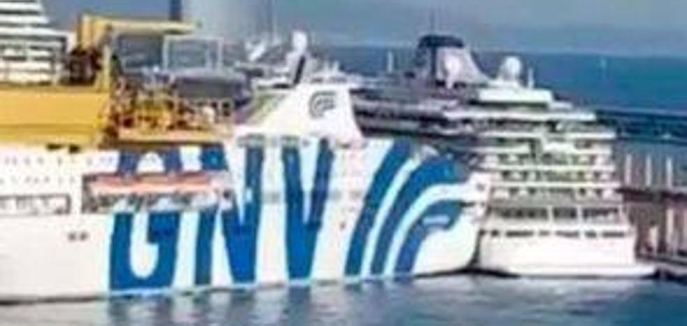 Un ferry choca contra un crucero en el puerto de Barcelona