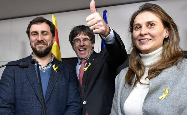 Los exconsellers, junto a Puigdemont.