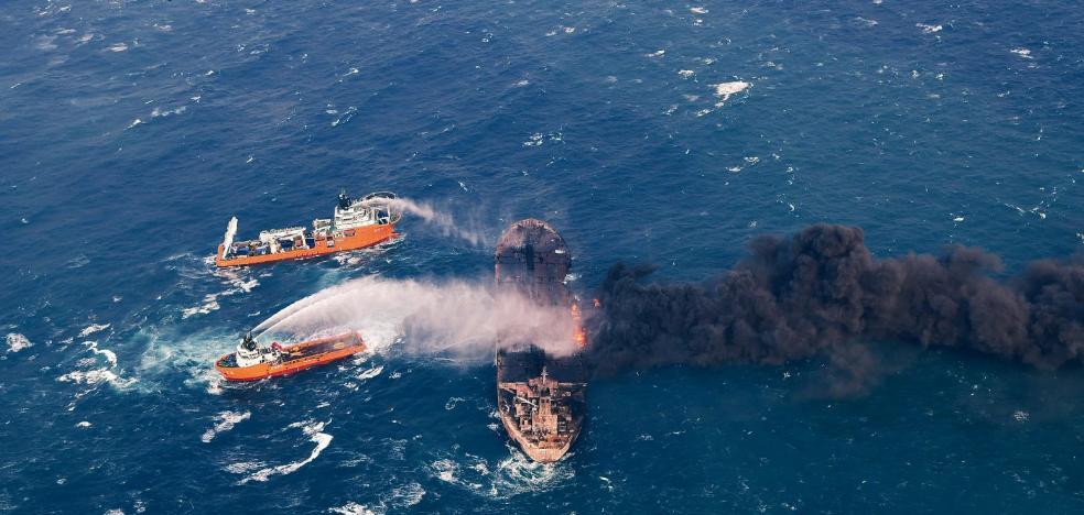 El petrolero persa en llamas entra en aguas de Japón