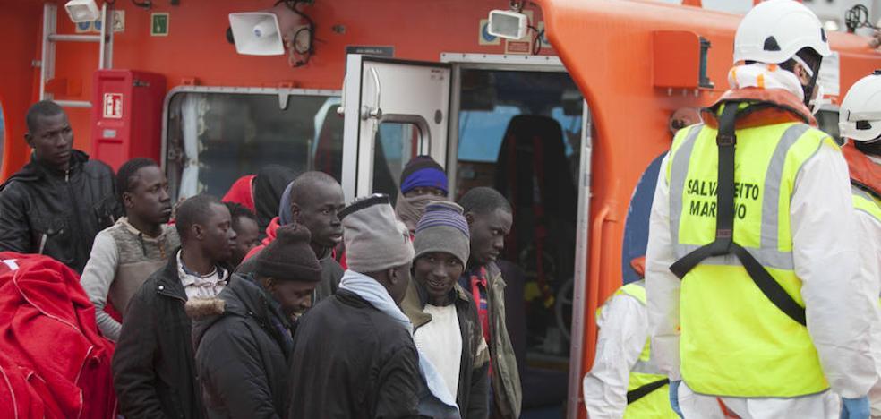 Nueve de las 109 personas rescatadas a bordo de dos pateras frente a la costa de Málaga son embarazadas