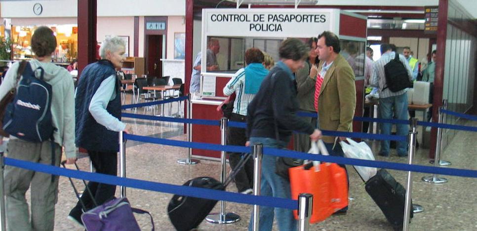Ryanair obligará a partir de mañana a subir solo un bulto a la cabina del avión