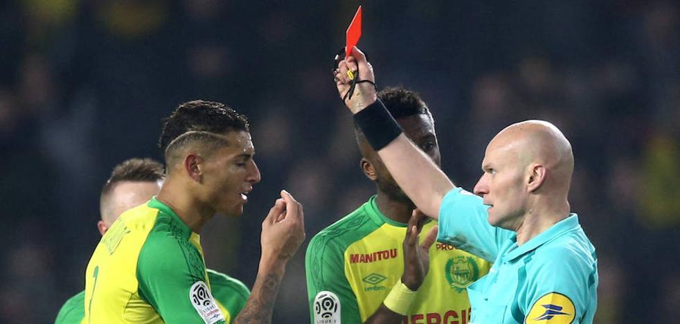 Sancionan al árbitro de fútbol que pegó una patada a un jugador y luego lo expulsó