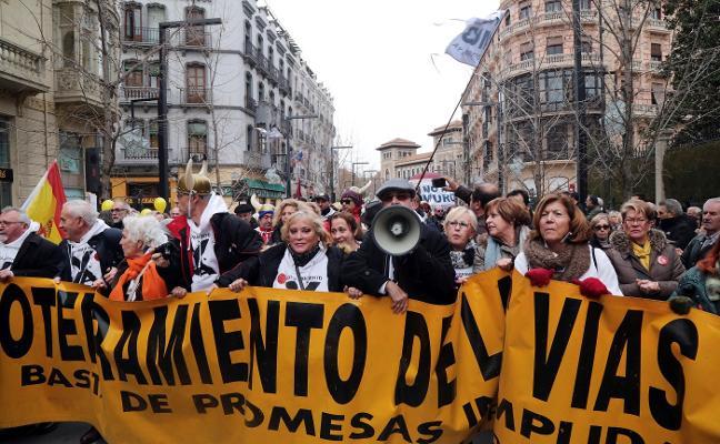 Granada sale a la calle contra mil días de aislamiento ferroviario